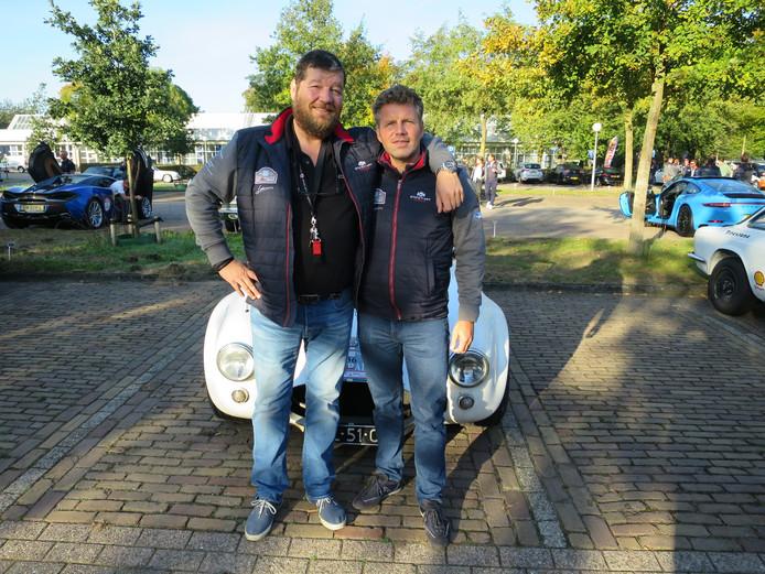 Patrick van den Broek en Marc van Franck met een 'V8.' © Leo van der Velde
